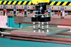 Linha industrial automatizada com o manipulador imagens de stock