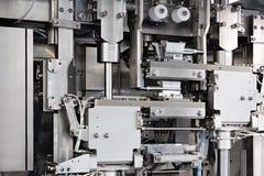 Linha industrial para empacotar de produtos da padaria Embalagem do p?o na f?brica A m?quina para cortar e embalar em uma f?brica imagens de stock