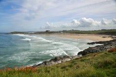 Linha litoral de Oceano Atlântico - a praia, rochas, acena Fotografia de Stock Royalty Free
