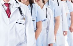 Linha longa de doutores e de enfermeiras de sorriso imagens de stock royalty free