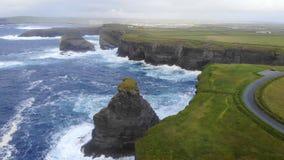 A linha maravilhosa do penhasco da costa oeste da metragem aérea do zangão da Irlanda imagem de stock