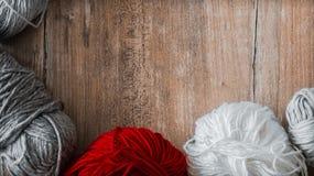 linha Multi-colorida para fazer malha Fio para fazer malha em um fundo de madeira Confecção de malhas como um tipo do bordado fotos de stock
