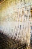 Linha na máquina de tecelagem tradicional Fotos de Stock
