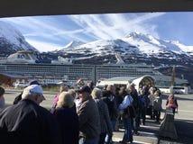 A linha no navio de cruzeiros do Alasca fotografia de stock