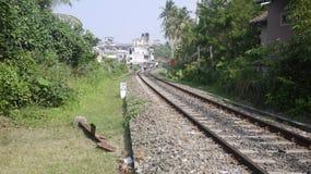 Linha pessoa do trem de Hikkaduwa que anda ao longo da trilha Foto de Stock Royalty Free