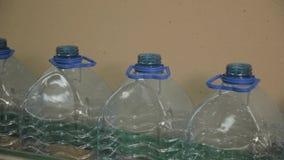 Linha plástica da fabricação da garrafa Fábrica de engarrafamento do molde plástico Placas de garrafas plásticas na fábrica filme