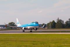Linha plana aterrissagem de KLM em Lech Walesa Airport fotos de stock royalty free