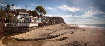 Linha praia das casas de campo da praia de Crystal Cove State Park foto de stock