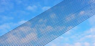 Linha preta fileiras do metal contra um céu nebuloso Fundo das linhas paralelas arranjadas na perspectiva em um plano inclinado d fotos de stock royalty free
