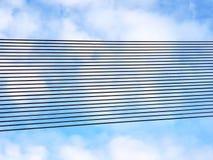 Linha preta fileiras do metal contra um céu nebuloso Fundo das linhas paralelas arranjadas na perspectiva Materiais do desenhista imagens de stock royalty free