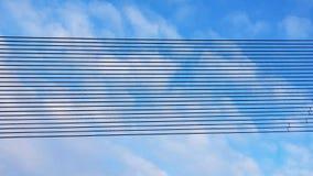 Linha preta fileiras do metal contra um céu nebuloso Fundo das linhas paralelas arranjadas na perspectiva Materiais do desenhista imagens de stock