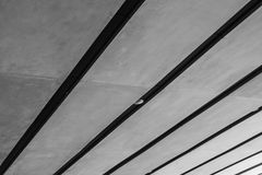 Linha preto e branco abstrata da imagem de teto da arquitetura no subterrâneo de construções modernas imagem de stock