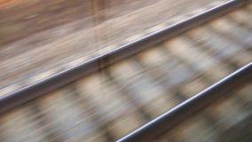 A linha railway está movendo-se rapidamente, a vista do trem de viagem video estoque