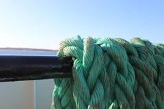 Linha resistida da corda no ferryboat litoral imagem de stock
