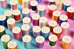A linha rola, grupo de linha colorida na mesa da costura Fotos de Stock
