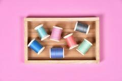 A linha rola, grupo de linha colorida na mesa da costura Imagens de Stock Royalty Free