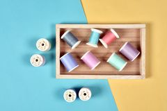 A linha rola, grupo de linha colorida na mesa da costura Fotografia de Stock Royalty Free