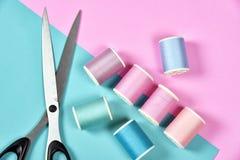 A linha rola, grupo de linha colorida na mesa da costura Foto de Stock Royalty Free