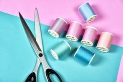 A linha rola, grupo de linha colorida na mesa da costura Imagem de Stock