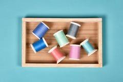 A linha rola, grupo de linha colorida na mesa da costura, ofício Fotografia de Stock Royalty Free