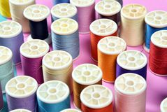A linha rola, grupo de linha colorida na mesa da costura, ofício Fotos de Stock Royalty Free
