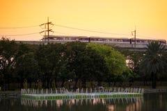 Linha roxa skytrain do MRT no por do sol foto de stock