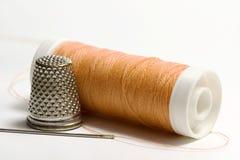 Linha sewing alaranjada Fotografia de Stock