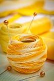 Linha sewing amarela fotos de stock