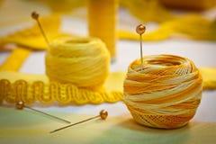 Linha sewing e fitas amarelas, paisagem foto de stock royalty free