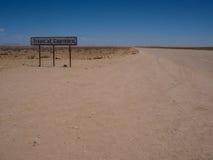 Linha signage do Trópico de Capricórnio ao longo da estrada unpaved entre o deserto foto de stock