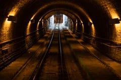A linha subterrânea do metro da obscuridade - treine o túnel Fragmento de um túnel subterrâneo foto de stock