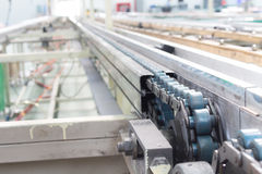 A linha transporte do eixo da movimentação chain industrial Imagem de Stock Royalty Free