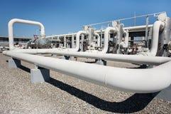Linha válvulas da tubulação da fábrica de tratamento do gás de petróleo Fotografia de Stock Royalty Free