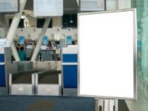 Linha vazia sistema da fila do aeroporto da bandeira do sinal perto da verificação-eu contrária fotografia de stock