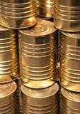 Linha vertical da perspectiva de latas douradas do metal Fotografia de Stock Royalty Free