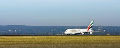 Linhas aéreas A380 dos emirados na pista de decolagem Fotos de Stock
