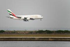 Linhas aéreas Airbus A380 dos emirados aproximadamente à terra. Imagem de Stock Royalty Free