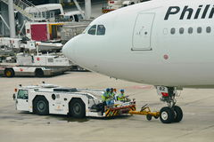 Linhas aéreas Airbus 330 de Filipinas que está sendo empurrado para trás Imagem de Stock Royalty Free