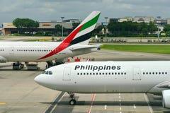 Linhas aéreas Airbus 330 de Filipinas que taxiing à porta Imagem de Stock Royalty Free