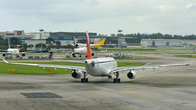 Linhas aéreas Airbus 330 de Filipinas que taxiing no aeroporto de Changi Imagem de Stock Royalty Free