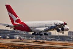 Linhas aéreas Airbus A380 de Qantas que entra para uma aterrissagem foto de stock royalty free