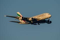 Linhas aéreas Airbus A380 dos emirados na aproximação final a Sydney Airport o 23 de maio de 2017 Fotos de Stock