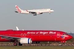 Linhas aéreas azuis pacíficas Boeing 737 de Austrália do Virgin das linhas aéreas na pista de decolagem em Sydney Airport foto de stock royalty free