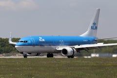 Linhas aéreas Boeing de KLM Royal Dutch da aterrissagem 737-800 aviões Imagem de Stock