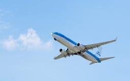 Linhas aéreas Boeing 737 de KLM Royal Dutch no céu Foto de Stock Royalty Free