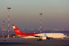 Linhas aéreas Boeing de Nordwind 767-300 VP-BOQ que estão no aeroporto internacional de Sheremetyevo Imagens de Stock Royalty Free