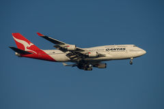 Linhas aéreas Boeing 747 de Qantas na aproximação final a Sydney Airport terça-feira 23 de maio de 2017 Imagem de Stock Royalty Free