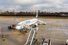 Linhas aéreas Boeing 737-800 de Sunexpress durante a rotação no avental foto de stock royalty free