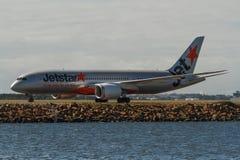 Linhas aéreas Boeing 787 Dreamliner de Jestar na pista de decolagem Fotografia de Stock Royalty Free
