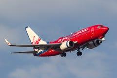 Linhas aéreas Boeing 737-7Q8 VH-VBC de Virgin Blue que gira sobre a aproximação para a terra no aeroporto internacional de Melbou Fotos de Stock